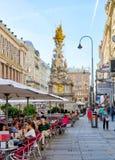 Leute an der barocken Pestsäule in Wien Lizenzfreie Stockfotografie