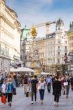 Leute an der barocken Pestsäule in Wien Stockbild