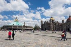 Leute an der Basilika unserer Dame von Guadalupe, mit der alten und neuen Basilika auf dem Hintergrund, in Mexiko City, Mexiko lizenzfreies stockbild