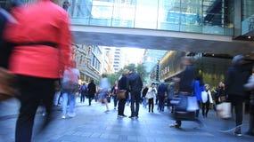 Leute in der beschäftigten Einkaufenstraße Stockfoto