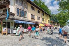 Leute in der Einkaufsstraße Schonau morgens Konigssee nahe Berchtesgaden, Deutschland stockbild