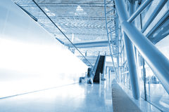 Leute an der Flughafenrolltreppe Lizenzfreies Stockfoto