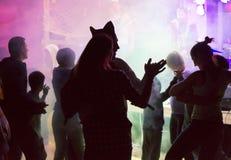 Leute an der Freilichtpartei Spaß tanzen, trinkend und habend stockbild