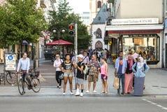 Leute in der Fußgängerzone warten auf Grün gehen Signal Stockfoto