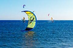 Leute in der hohen See auf einem segelnden Brett lizenzfreies stockfoto