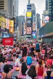 Leute in der jährlichen Konzentration des Yoga im Times Square, New York City, USA Lizenzfreie Stockfotos
