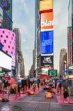 Leute in der jährlichen Konzentration des Yoga im Times Square, New York City, USA Stockbilder