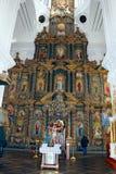 Leute in der Kirche nahe schönem Iconostasis Lizenzfreies Stockfoto