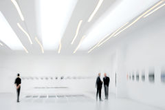 Leute in der Kunstgaleriemitte Stockbild