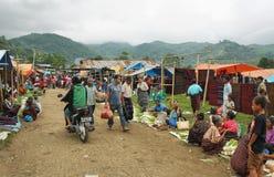Leute der minoritary Ethnie in einem Markt von Indonesien Stockbilder