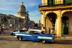 Leute in der Mitte von Havana mit dem Capitolio als Hintergrund stockbild