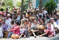 Leute in der nationalen Kleidung auf dem Feiern Stockfotos