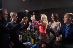 Leute in der Stange Nachtclub sparklers Lizenzfreies Stockfoto