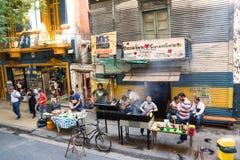 Leute in der Straße, die Braten im Bezirk Boca von Buenos-Luft macht Lizenzfreies Stockfoto