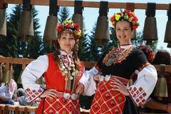 Leute in der traditionellen authentischen Folklore kostümieren eine Wiese nahe Vratsa, Bulgarien stockfotografie