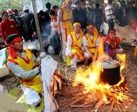 Leute in der traditionellen ringsum klebriger Reis cak zu machen Kostümprüfung, Lizenzfreie Stockfotografie
