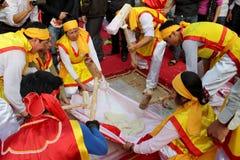 Leute in der traditionellen ringsum klebriger Reis cak zu machen Kostümprüfung, Stockbild