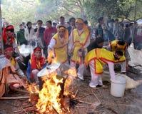 Leute in der traditionellen ringsum klebriger Reis cak zu machen Kostümprüfung, Lizenzfreie Stockfotos