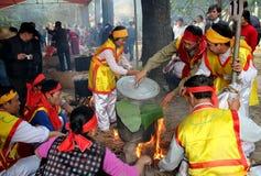 Leute in der traditionellen ringsum klebriger Reis cak zu machen Kostümprüfung, Stockfotografie