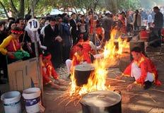 Leute in der traditionellen ringsum klebriger Reis cak zu machen Kostümprüfung, Lizenzfreies Stockfoto