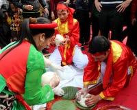 Leute in der traditionellen ringsum klebriger Reis cak zu machen Kostümprüfung, Lizenzfreie Stockbilder