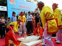 Leute in der traditionellen ringsum klebriger Reis cak zu machen Kostümprüfung, Stockbilder