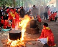 Leute in der traditionellen ringsum klebriger Reis cak zu machen Kostümprüfung, Stockfoto
