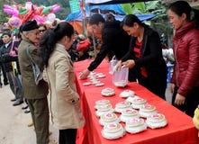 Leute in der traditionellen ringsum klebriger Reis cak zu machen Kostümprüfung, Stockfotos