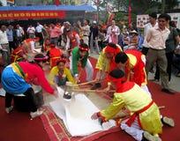 Leute in der traditionellen ringsum klebriger Reis cak zu machen Kostümprüfung, Lizenzfreies Stockbild