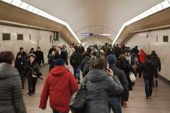 Leute in der U-Bahn, St Petersburg, Russland lizenzfreies stockbild