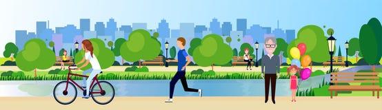 Leute des allgemeinen Parks entspannen sich Flussgrün-Rasenbäume der Holzbank draußen gehende radfahrende laufende auf Stadtgebäu lizenzfreie abbildung