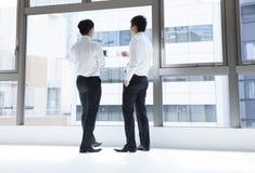 Leute des Geschäftsmannes zwei während eines Bruches lizenzfreies stockbild