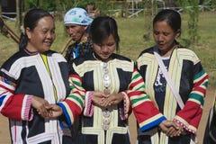 Leute des Schwarzes Lahu-Bergvolks führen den traditionellen Tanz durch, der traditionelle Stammes- Kleider in Mae Hong, Thailand lizenzfreie stockbilder