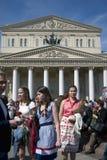 Leute des unterschiedlichen Alters gehen auf Theater-Quadrat in Moskau Lizenzfreies Stockfoto