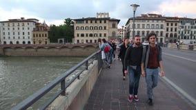 Leute, die über die Ponte-alle Grazie-Brücke in Florenz gehen stock video footage