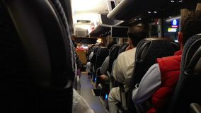 Leute, die öffentlich modernen Bus nachts austauschen stock video footage