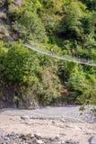 Leute, die über die hängende Affebrücke überschreiten Lizenzfreies Stockfoto