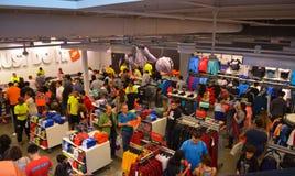 Leute, die über Einkaufsverkäufen verrückt gehen Stockbilder