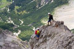 Leute, die an über ferrata zu Dachstein-Gletscher am 17. August 2017 in Ramsau morgens Dachstein, Österreich klettern Lizenzfreie Stockbilder