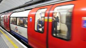 Leute, die über Rohruntertagezug in London austauschen stock footage