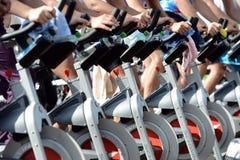 Leute, die Übung auf einem Fahrrad in Izvor-Park tun Lizenzfreies Stockfoto