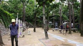 Leute, die Übungen am Park in Busan, Korea tun stock footage