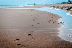 Leute, die Abdrücke im Sand lassen Lizenzfreie Stockfotos