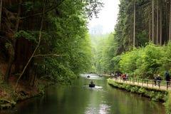 Leute, die in Amselsee in Rathen, Deutschland canoeing sind lizenzfreie stockbilder