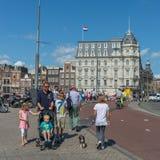 Leute, die in Amsterdam gehen Lizenzfreies Stockbild