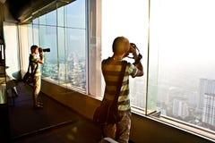 Leute, die Ansicht über Bangkok genießen Lizenzfreies Stockbild