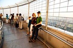 Leute, die Ansicht über Bangkok genießen Lizenzfreies Stockfoto