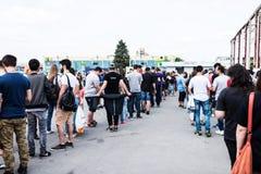 Leute, die anstehen, um Karten für den dritten Tag des osteuropäischen komischen Betrugs zu kaufen Lizenzfreie Stockfotos