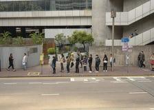 Leute, die Anwäter für den Bus warten stockbilder