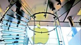 Leute, die Apple Store in Hong Kong besuchen stock video